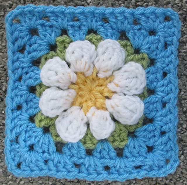 Ravelry: Project Gallery for MaryEllen\'s Easy Daisy Granny Square ...