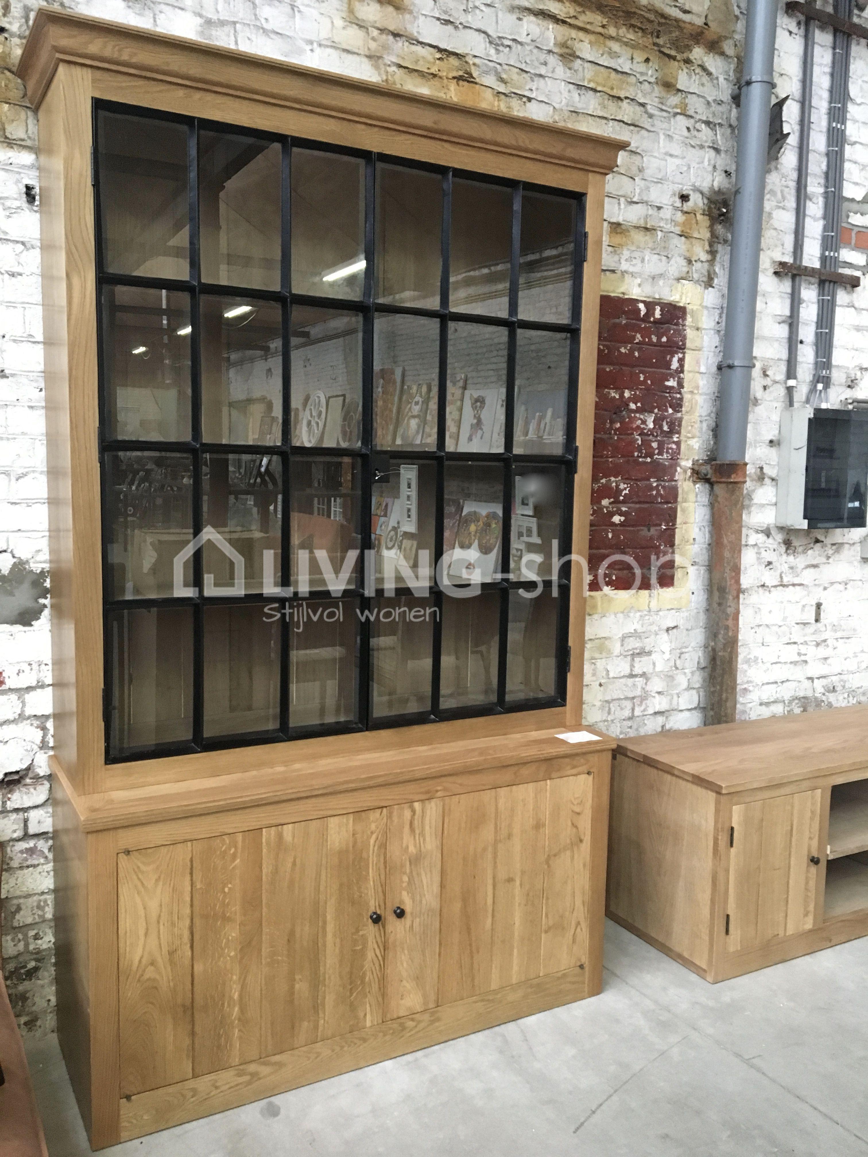 landelijke vitrinekast eik met smeedwerk raamdeuren