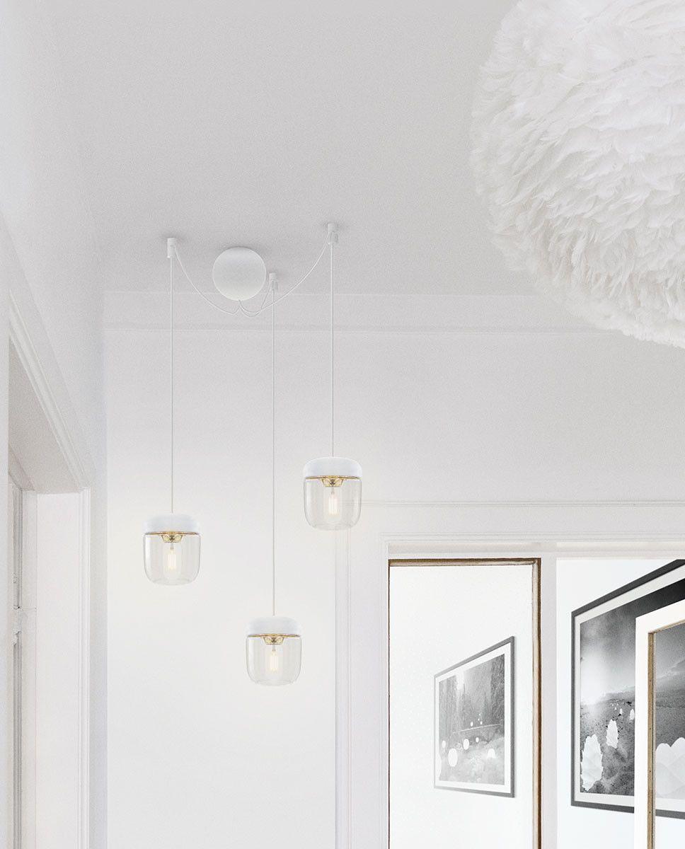 VITA Cannonball Cluster 3 er inspirert av den helt runde formen av en kule og er en diskret og organisk baldakin laget for å henge opp tre pendler på en elegant måte. Den finnes i både sort og hvitt og er perfekt for å lage lekne klynger av taklamper i en rett linje eller i ulike høyder.