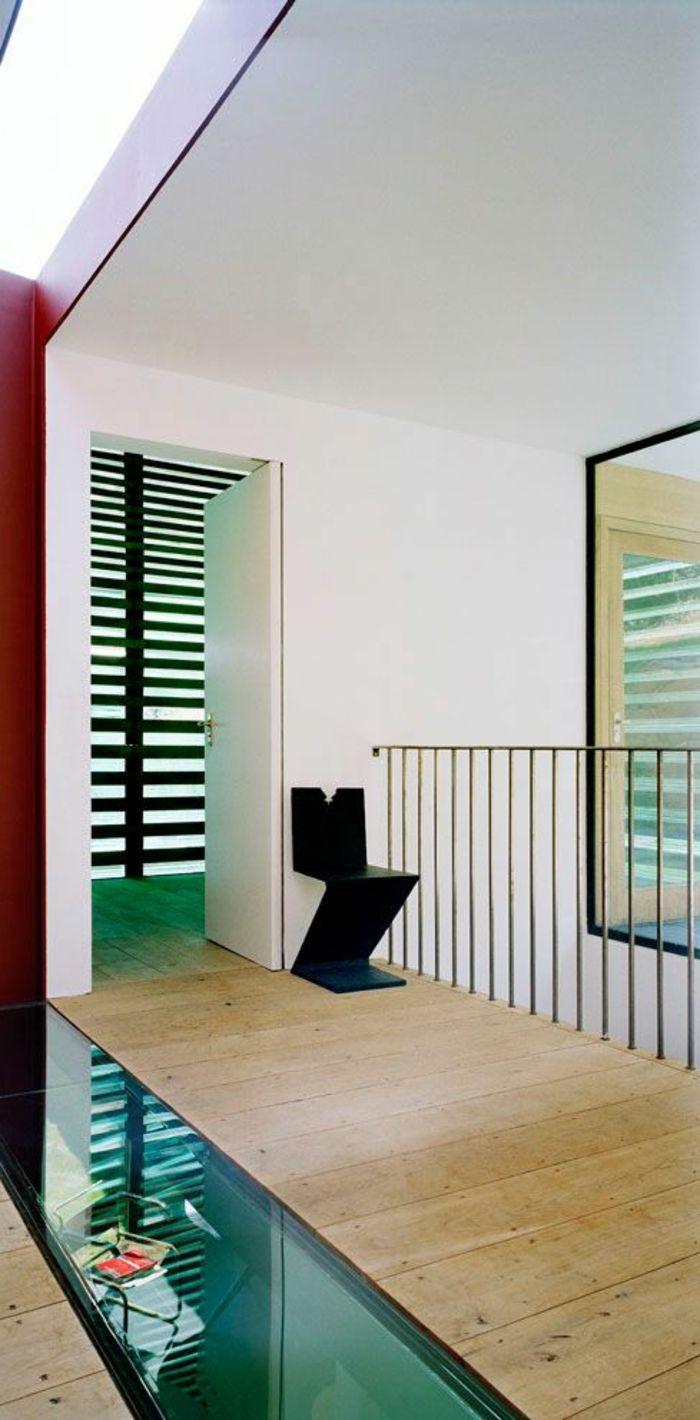 Couloir dans la maison moderne sol en bois carrelage en verre transparent