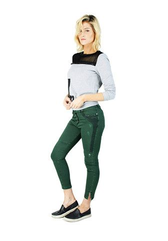 JEANS WITH DECORATED POCKETS  Color options: Green, Beige and Beige with brown pockets Pockets: Five pocket design Waist details: Banded waist with belt loops Type of fly: Buttons  Materials: 98% Cotton 2% Lycra Model: JEANS WITH DECORATED POCKETS WME4654