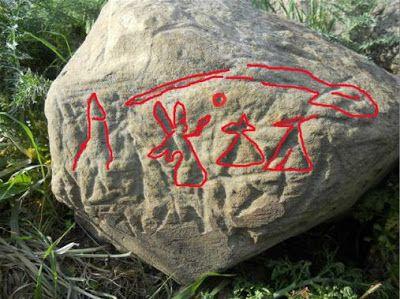 Figura 1. La pietra con alcuni dei segni  messi in evidenza dall' egittologo Günther Hölbl (1). Da http://www.vallejato.it/cronaca-locale/1953-nuova-scoperta-su-monte-arcivocalotto-incisioni-rupestri-su-un-masso.html