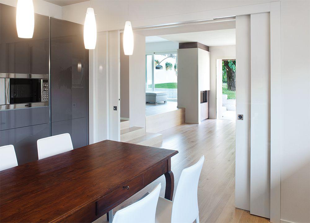 Porte #coulissante #blanche Eclisse dans une #cuisine #contemporaine
