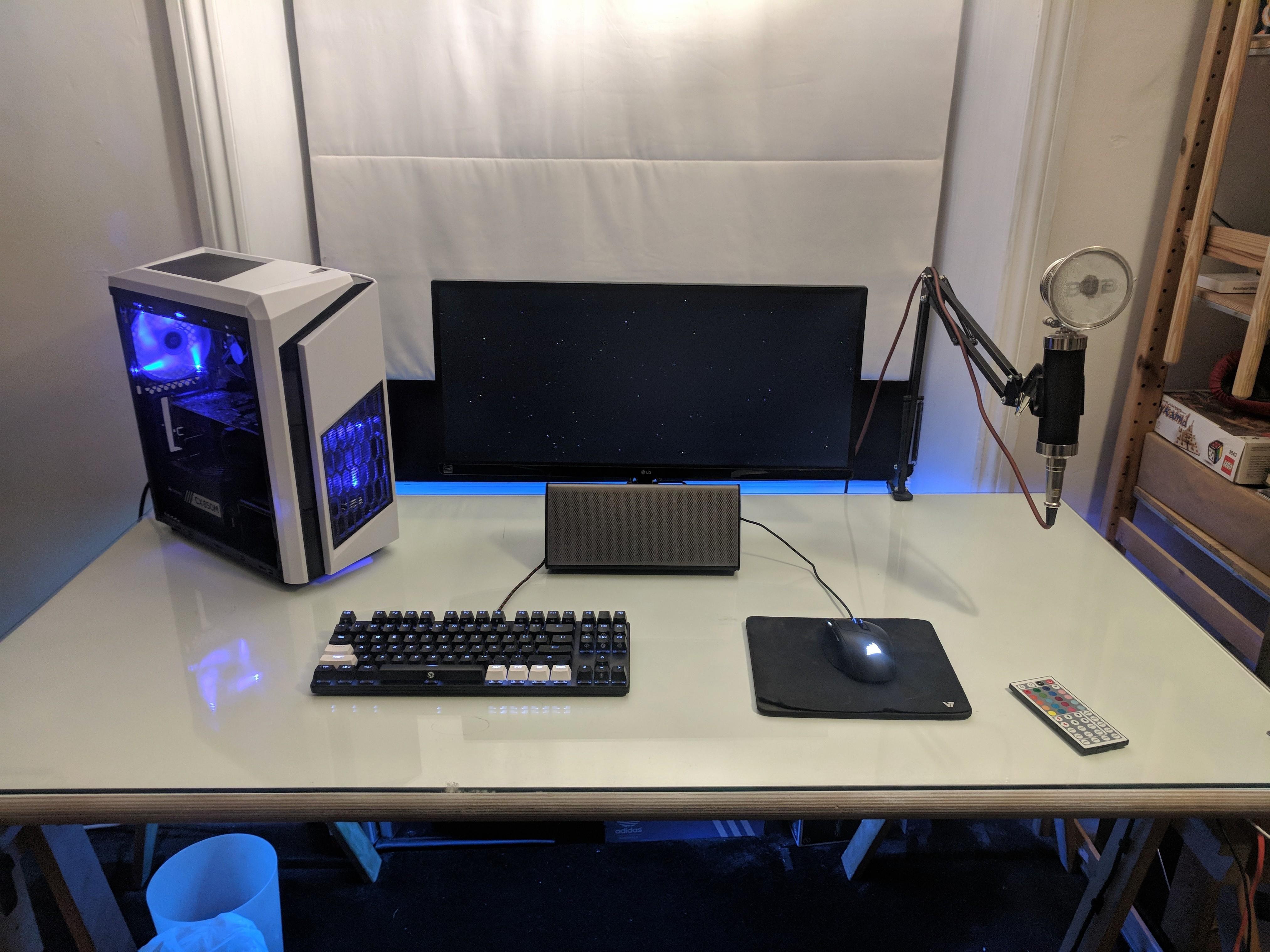 Minimal Hope Y'all Like ) Desktop setup, Battlestation