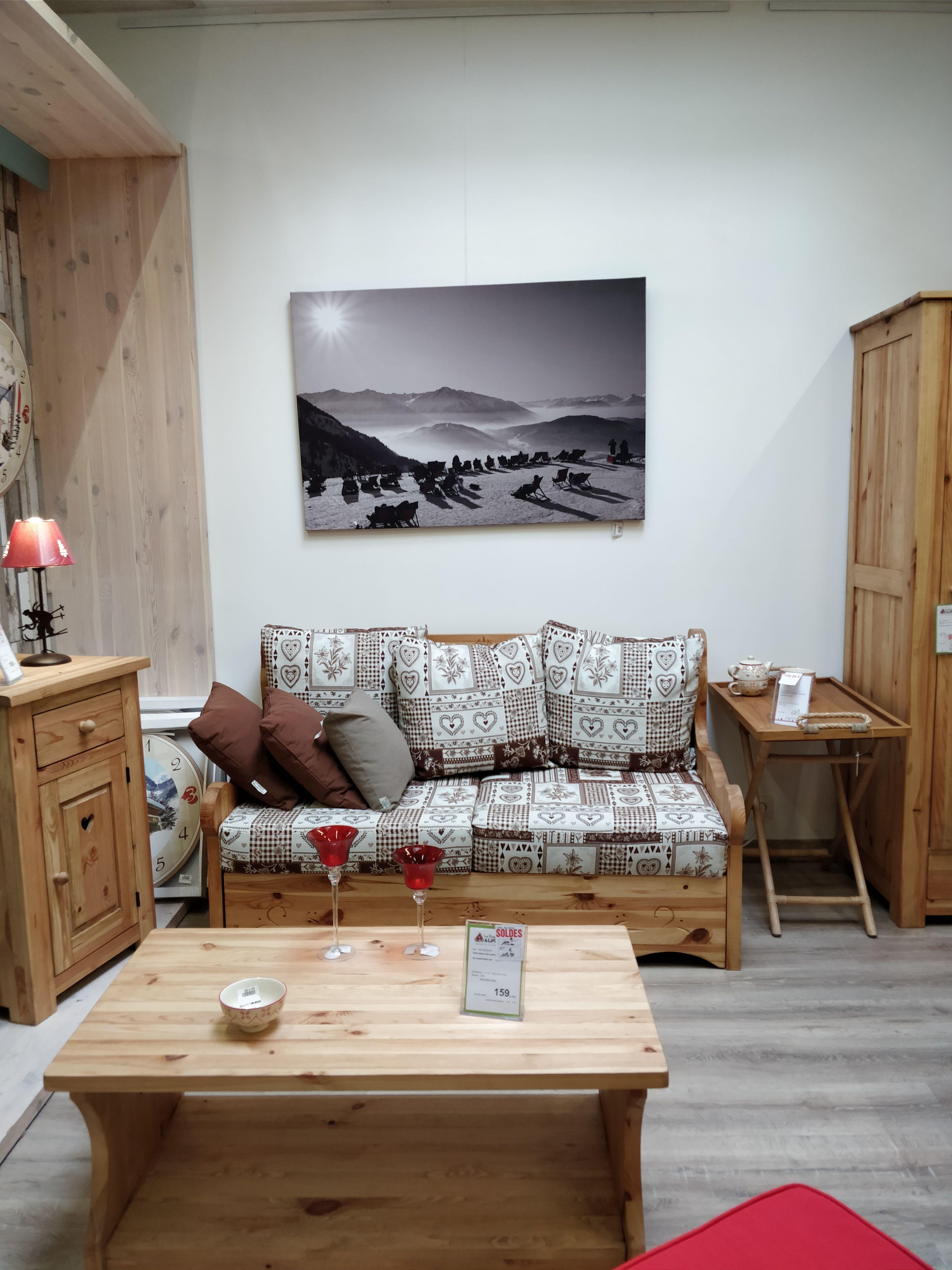 Un Salon A L Esprit Chalet Avec Ce Canape En Pin Et Tissu A Decouvrir Sur Notre Site Ou En Magasin Meuble Canape Fixe Canape