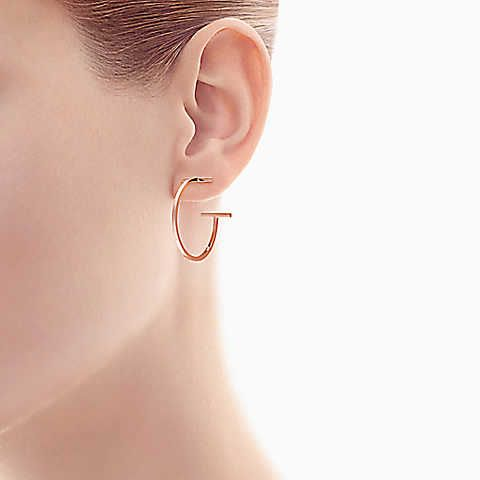 Tiffany T wire hoop earrings in 18k rose gold, medium Tiffany & Co.