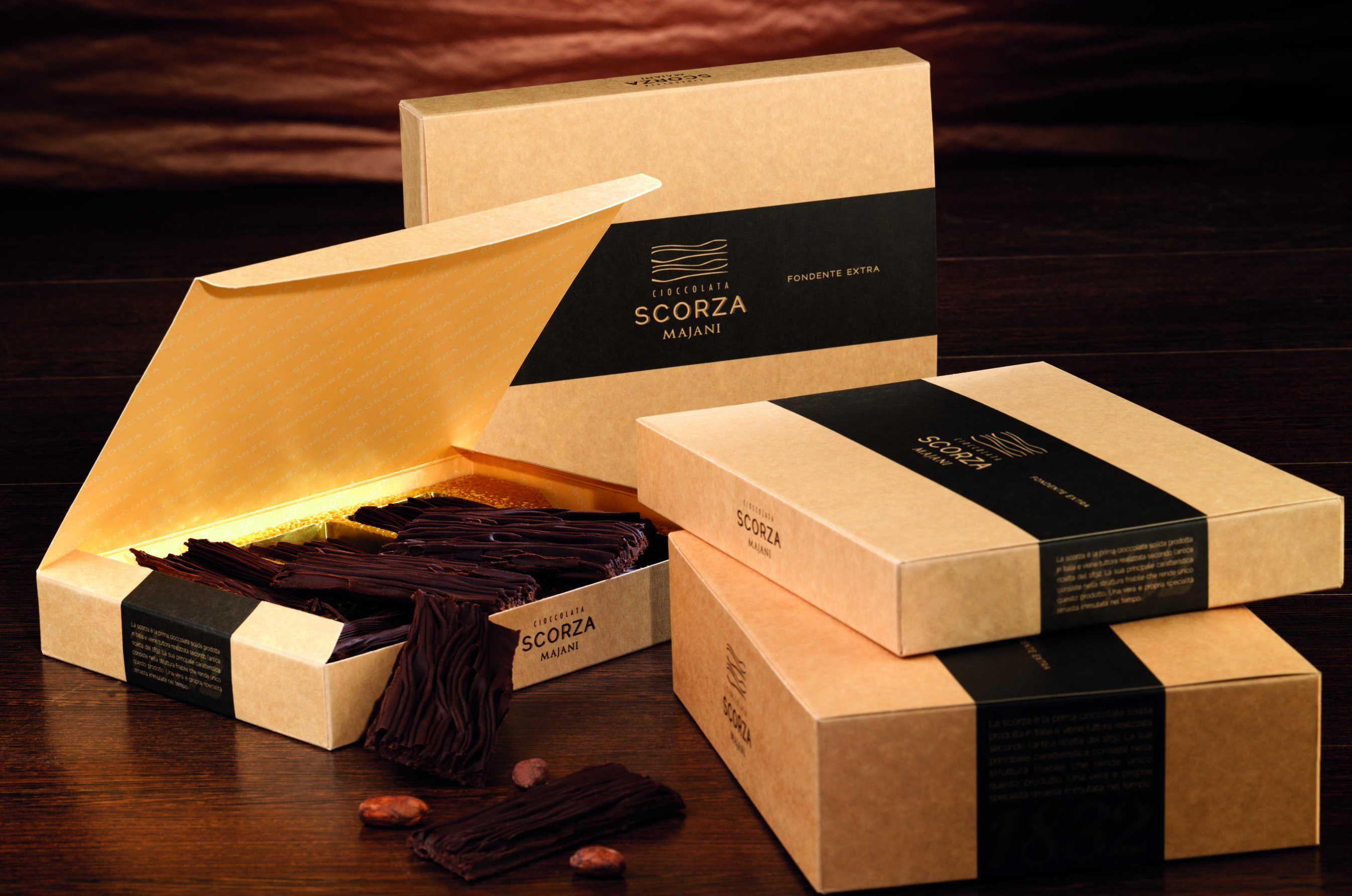 """Het familiebedrijf Majani vervaardigt sinds 1796 de meest smaakvolle chocolade. Zo ook scorza, kleine boomschorsjes gemaakt van de beste ingrediënten met een brosse """"bite""""  www.bommelsconserven.nl"""