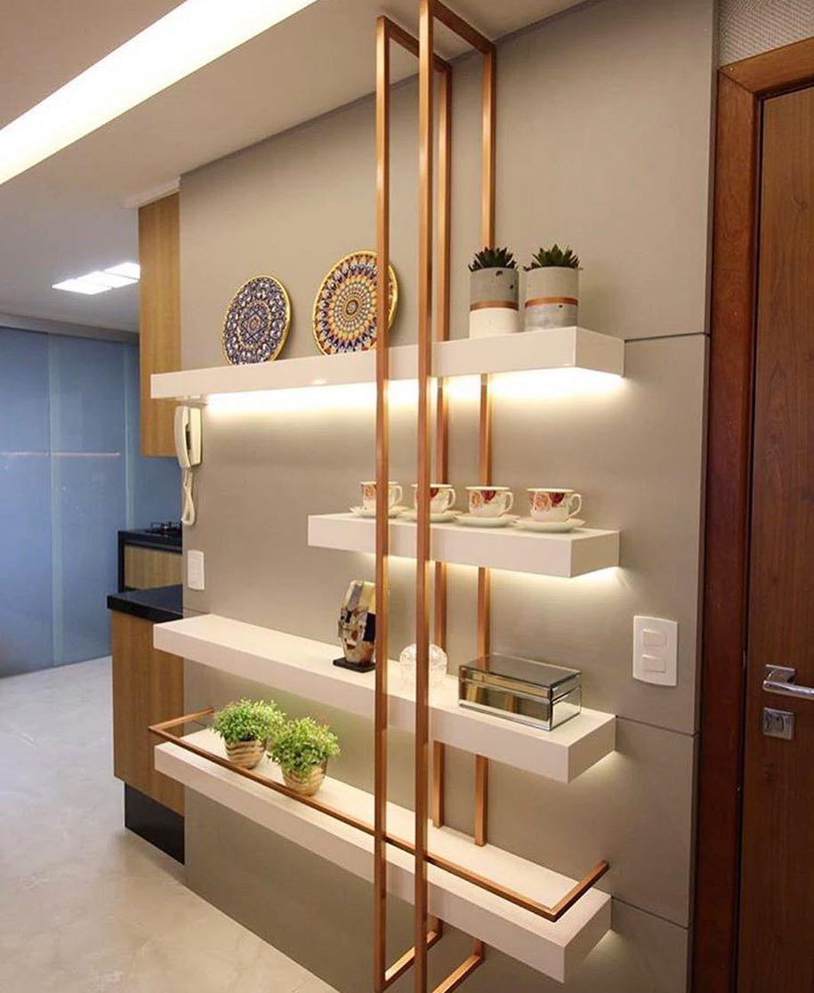 Painel com prateleiras iluminadas que agregam valor logo na entrada do apartamento! E esses  -> Decoração Do Hall De Entrada Do Apartamento