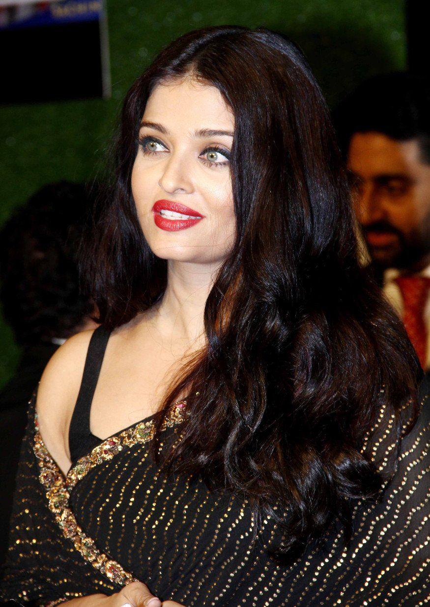Aishwarya Rai Bachchan Looked Classy In Black Sabyasachi Saree At The Premiere Of Sachin A Billion Dreams Most Beautiful Bollywood Actress Aishwarya Rai Beautiful Bollywood Actress