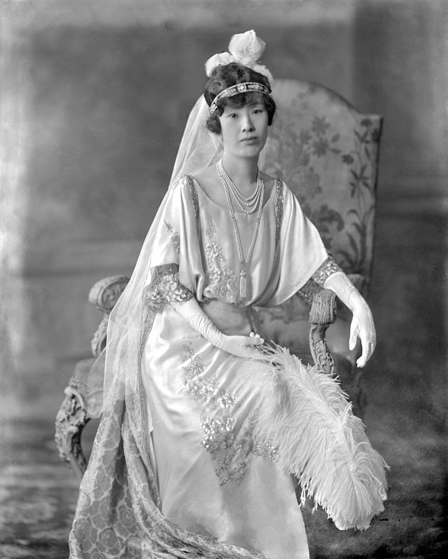 "5,331 gilla-markeringar, 13 kommentarer - The Corseted Beauty (@the_corsetedbeauty) på Instagram: ""Princess Shimadzu in court presentation dress, London 1922. V&A Lafayette Archives 💙"""