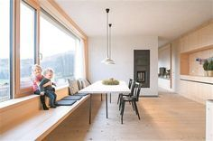 Großzügig U2013 Essplatz Mit Kochinsel Rechts, Langer Bank, Robustem  Fichtenboden Und Ofenblock, Der Amazing Design