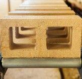 bloco de solo mineral que reduz necessidade de concreto