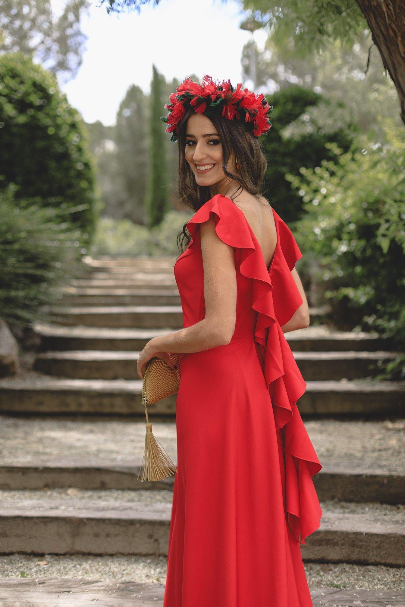 6515aecd579c Look invitada boda noche 2018 vestido rojo espalda volantes tocado ...