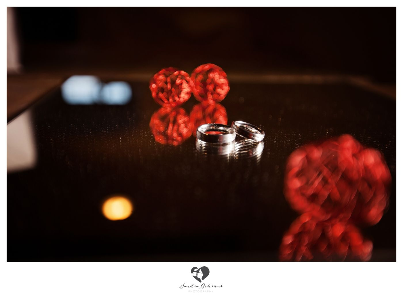 #ring #weddingring #wedding #hochzeit #groom #bride #braut #braeutigam #geschenk #present love #forever #fuerimmer #engagement #engagementring #verlobung #verlobungshooting #silver #gold #weddinghour #reflection #glass #red #table
