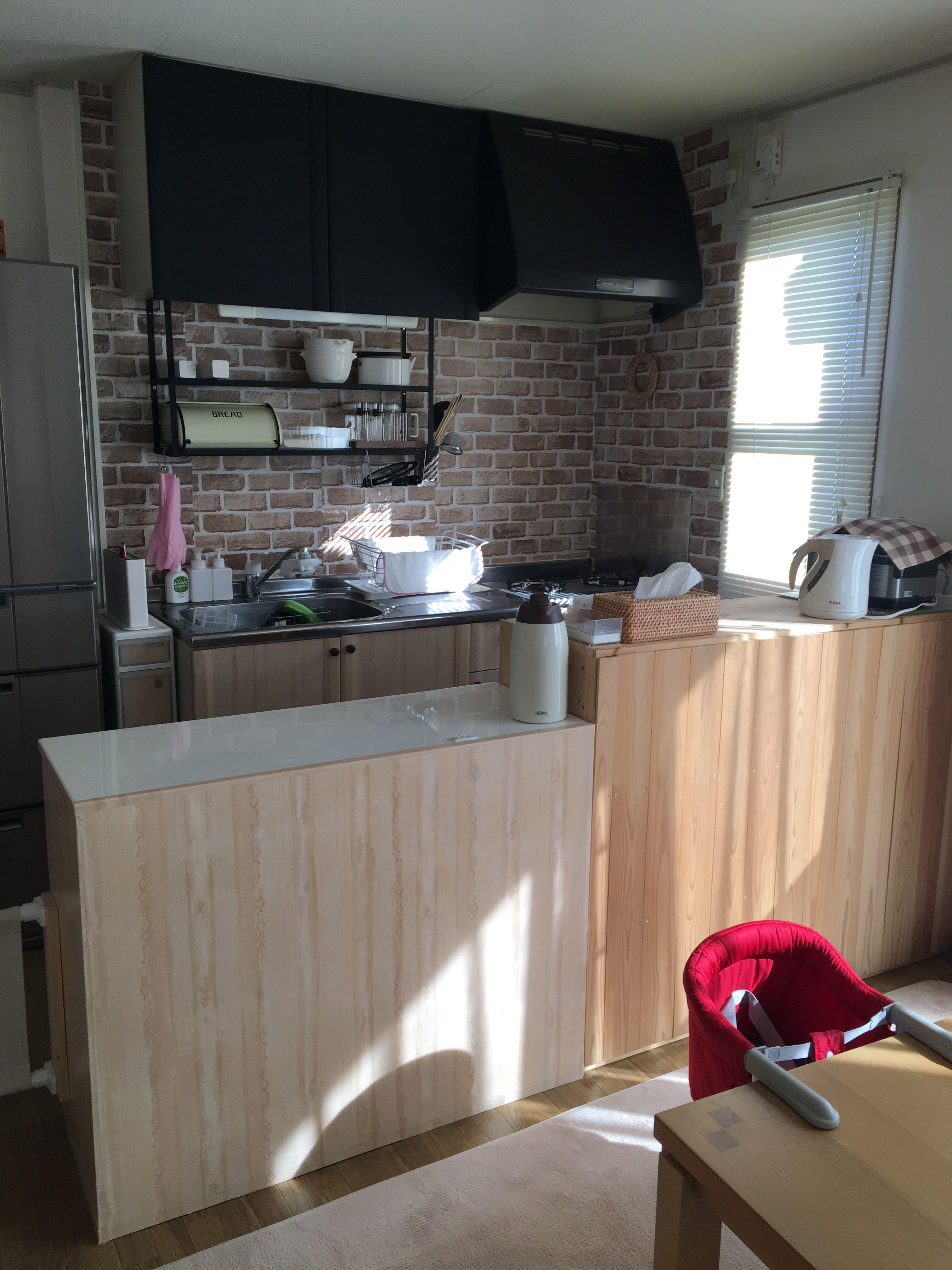 セリアのリメイクシートの種類と貼り方まとめ レンガ キッチン 木目 のサムネイル画像 リメイクシート リメイクシート キッチン キッチン
