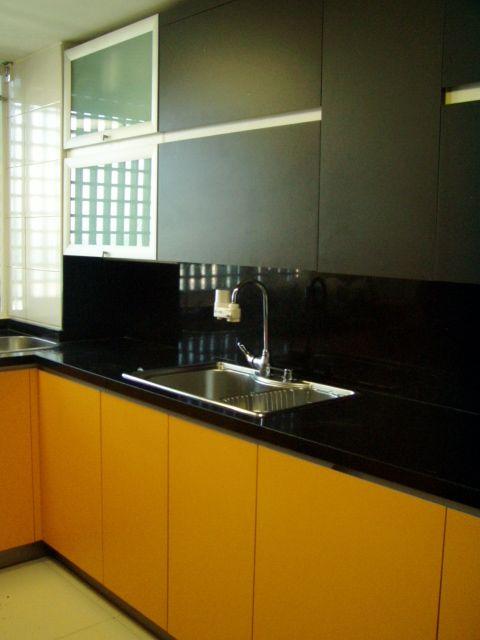Muebles superiores enchapados con apertura horizontal. lavaplatos ...