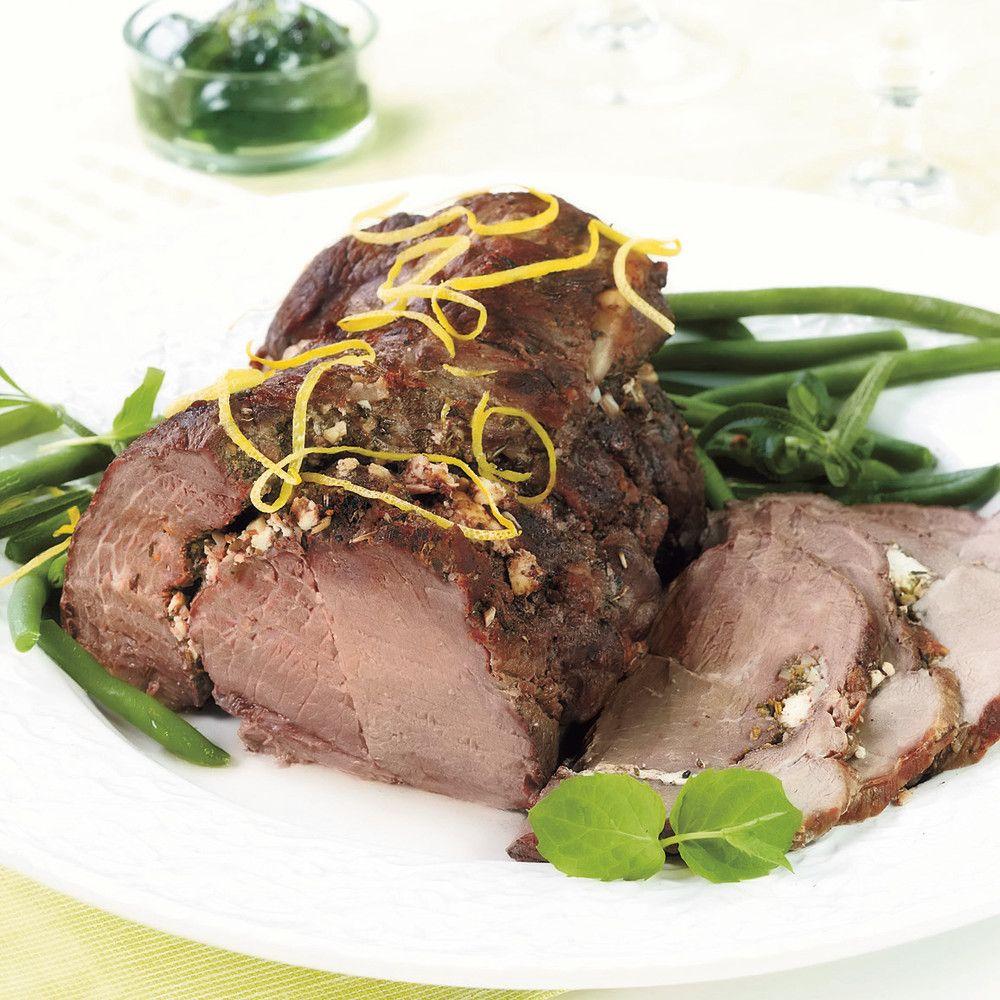 Pääsiäisen lampaanpaisti maustetaan yrteillä, sitruunalla ja valkosipulilla ja salaattijuustolla.