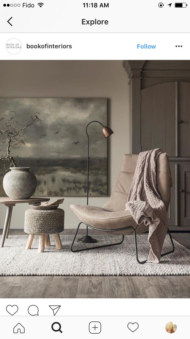 Photo of Der Stuhl sieht im Vergleich zu den übrigen Möbeln sehr groß aus und ist fast …