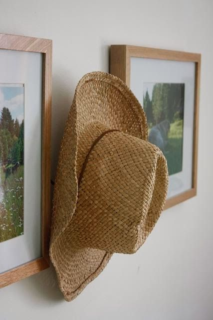 Country style decor idea, hang your cowboy hat behind picture frames - Kullan Koto