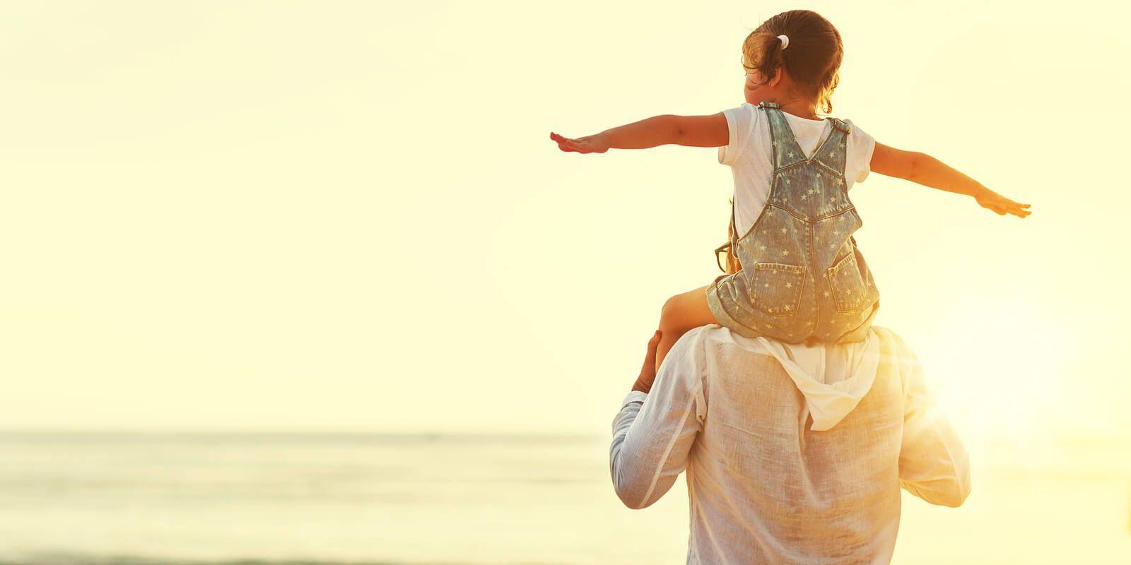Девочке три, она едет у папы на шее...