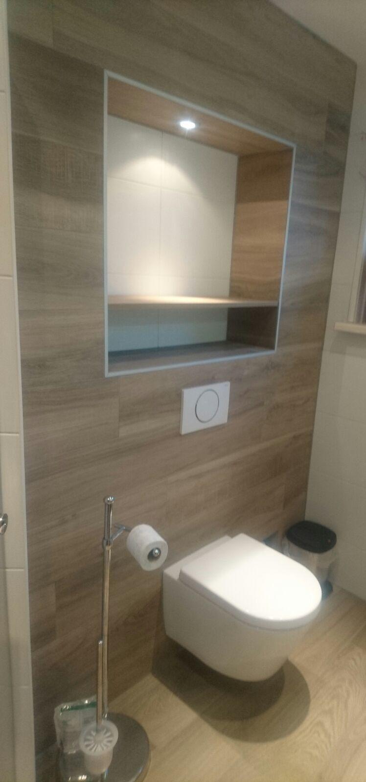 Moderne badkamer met planken tegels wc pinterest toilet - Badkamer wc ...