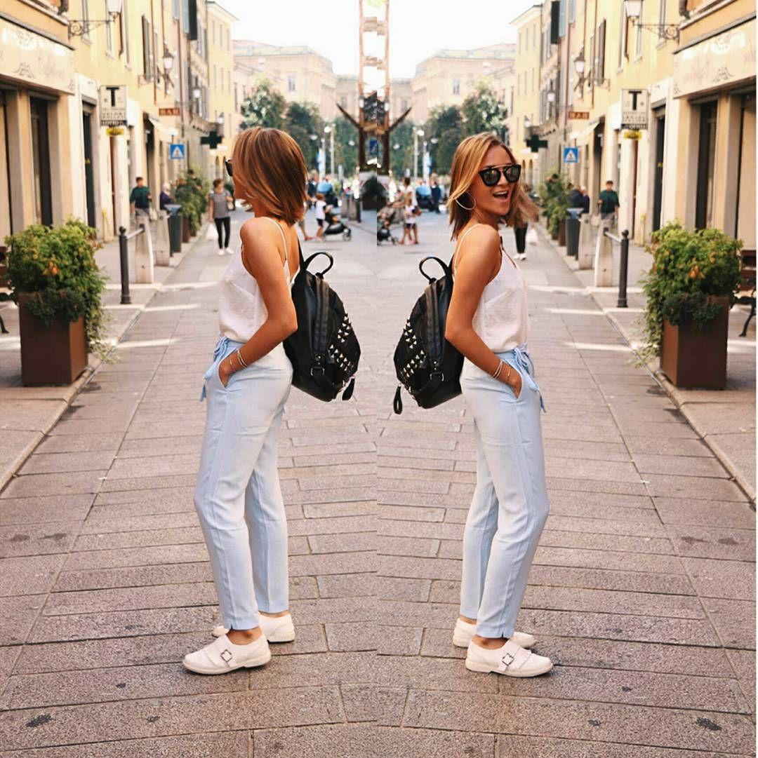 Valentina Urzúa en un look fresco y sobrio para el día a día, quien le da un toque a sus prendas básicas usando una mochila de cuero con tachas 🎒 #modachile #fashionblog #difundimosmoda