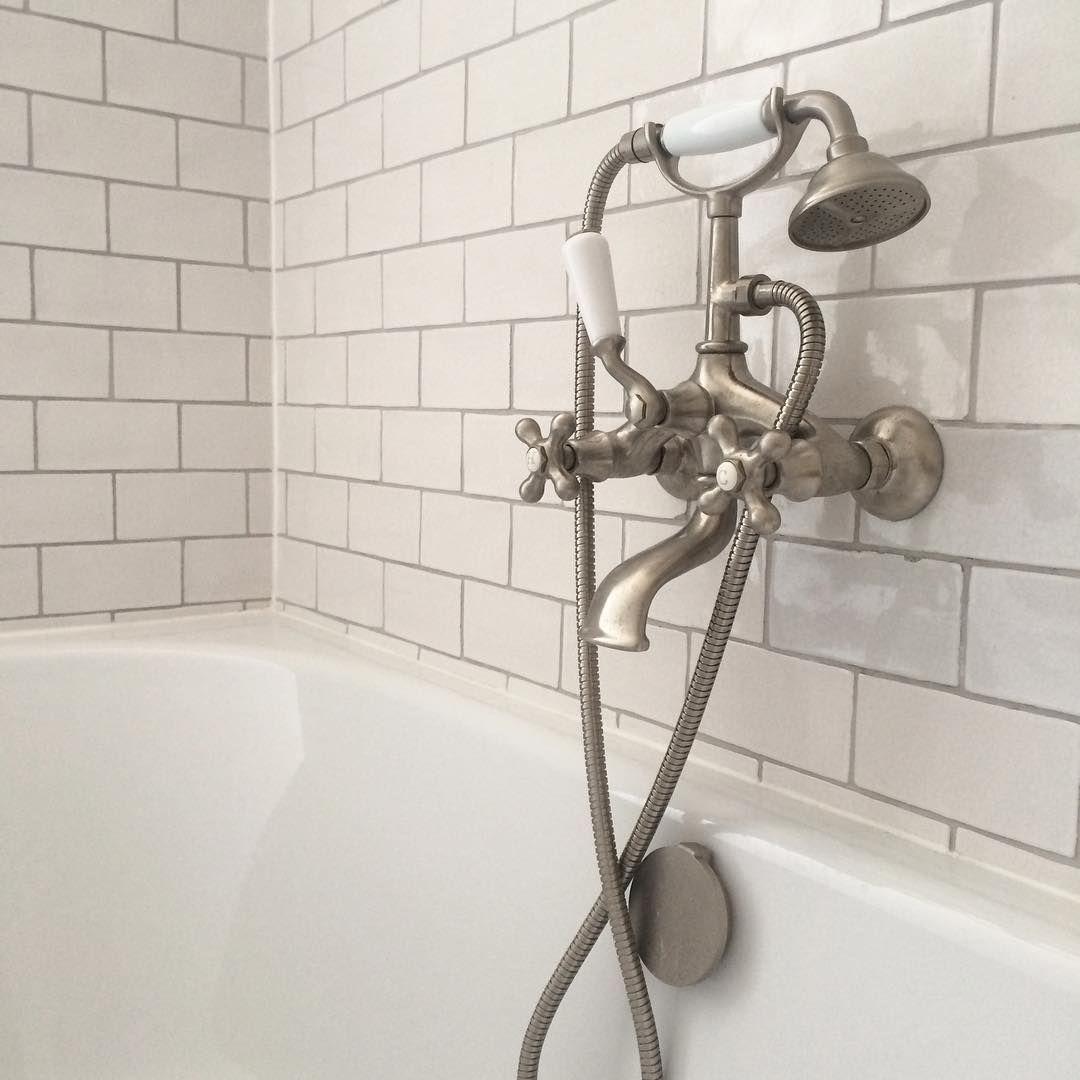 Die Traditionelle Italienische Atmatur Ist Mit Eine Schlicht Und Moderne Badewanne Kombiniert Die Hellen Azuleros Fliesen In Craquele Schaffen Eine Entspannend