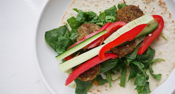 Falafel wraps met wraps, falafel, hummus, spinazie, komkommer en tomaat