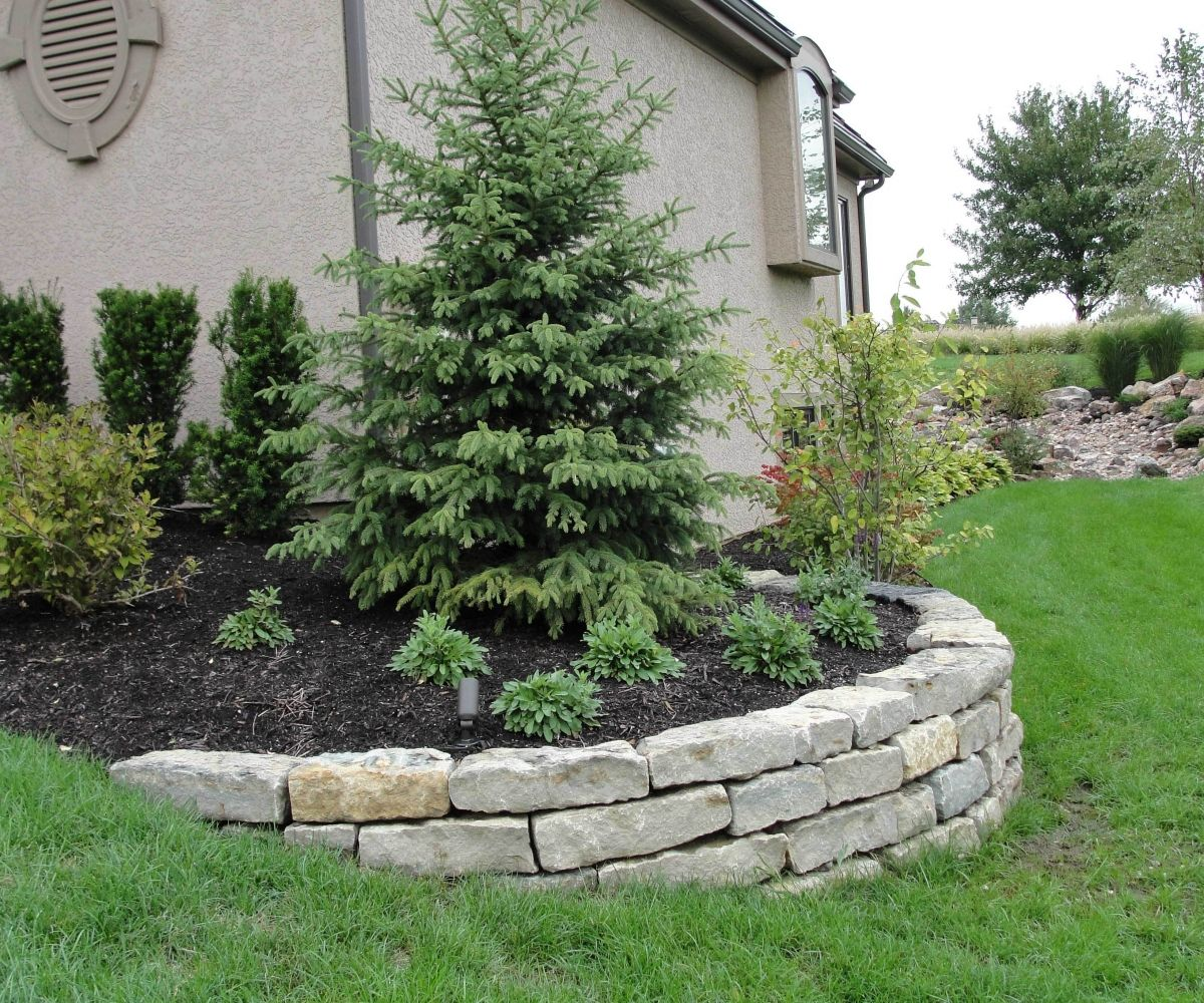 20 Sloped Backyard Design Ideas: Garden Retaining Wall