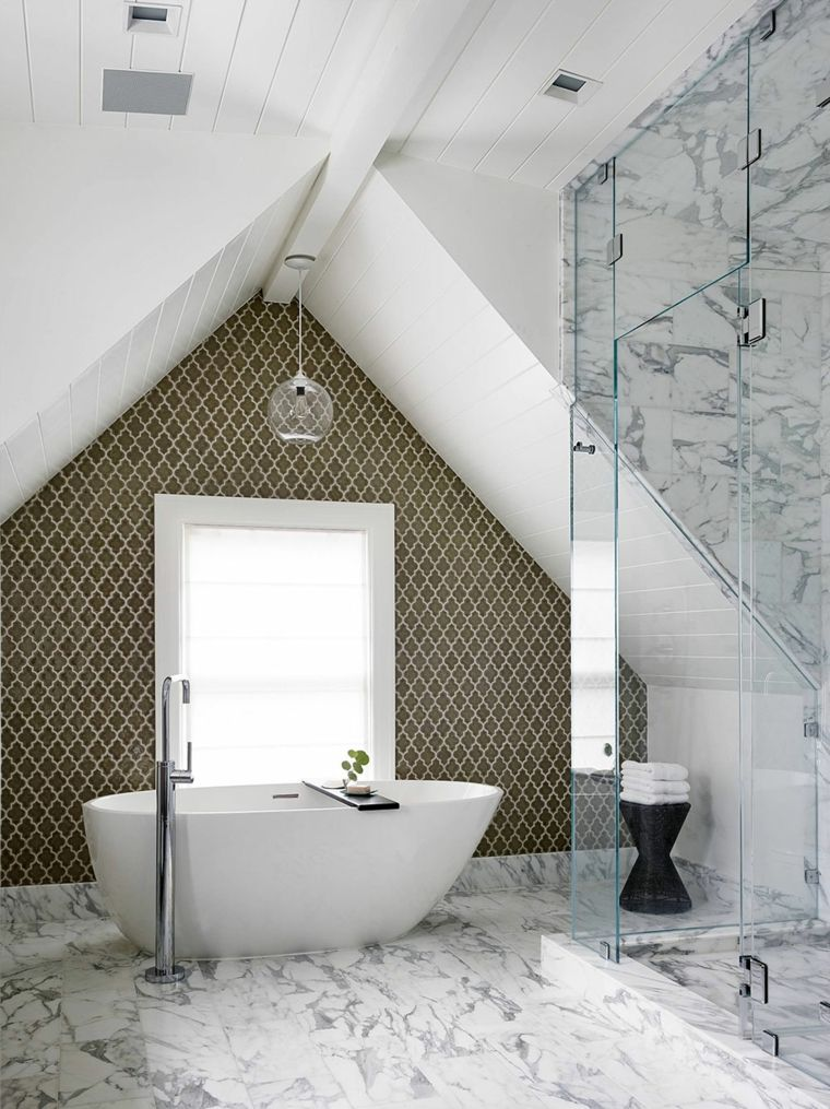 Lussuoso bagno in mansarda con vasca e doccia moderni for Arredamento lussuoso