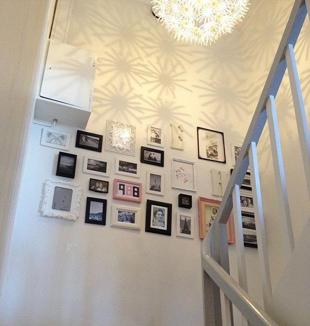 Bildeveggen i trappa✨ Lider av ekstrem beslutningsvegring for hvor jeg vil henge opp bilder i huset. Noen som kjenner se igjen? Men denne veggen klarte jeg faktisk å gjennomføre! #bildevegg #bildecollage #bilderammer #collage #picturewall #staircase #pictures #pictureframe