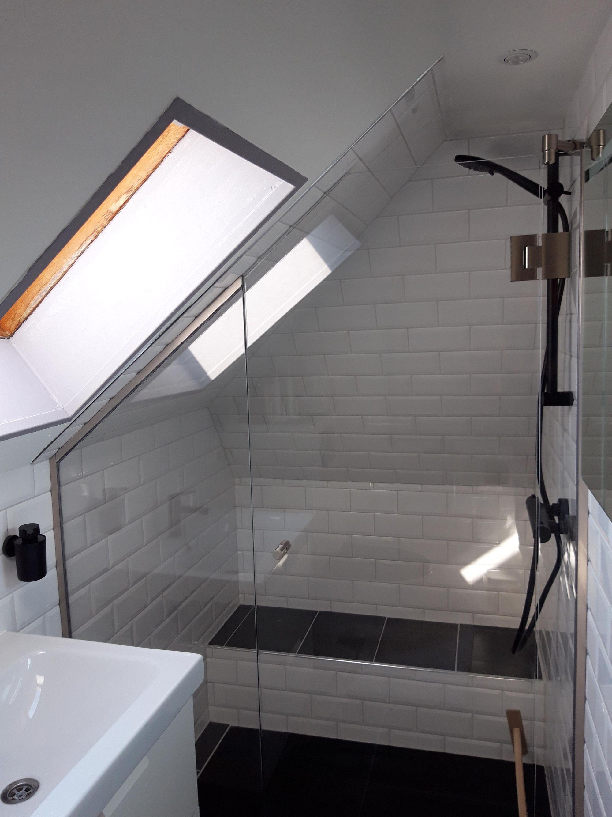 Duschtur Mit Duschabtrennung In 2020 Dusche Duschwand Eingelassene Badewanne