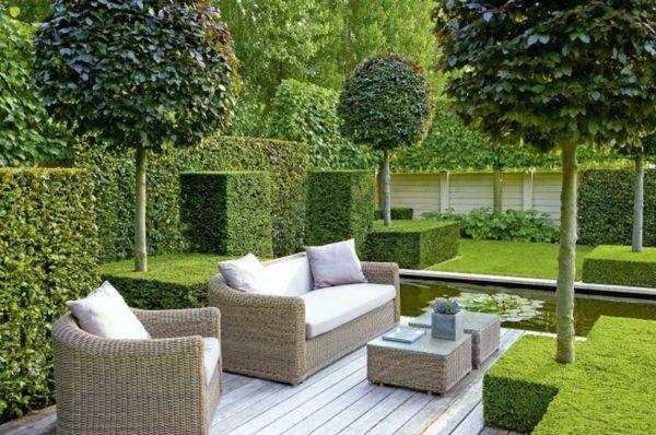 Moderne Gartengestaltung Beispiele Bäume Pflanzenbeete Rattanmöbel Teich