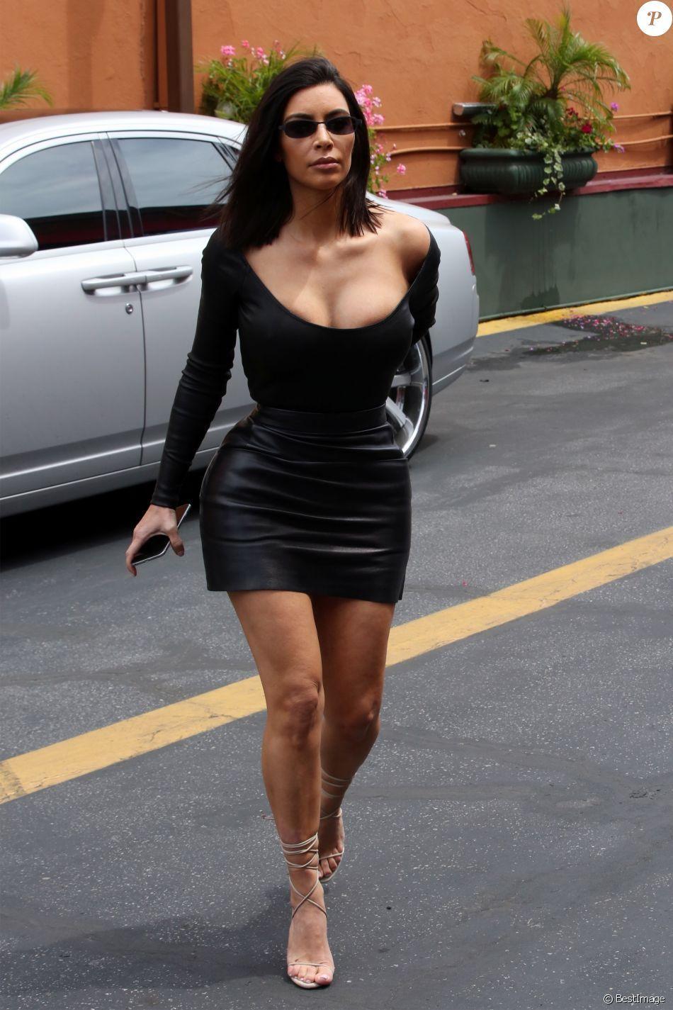 Kim Kardashian : Moulée à outrance dans une micro-robe, sans soutien ...