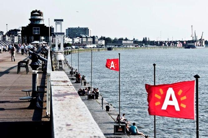 ZOMERAVONDWANDELINGEN: DE SCHELDEKAAIEN   Een stroom van architectuur en grootse plannen op zaterdag 5, 12, 19, 26 juli & 2, 9, 16, 23, 30 augustus 2014  VOORVERKOOP:  € 7,00 p.p. (tot 2 dagen vóór de bezoekdatum)  Balie van Antwerpen Toerisme & Congres, Grote Markt 13, B-2000 Antwerpen Online boeken via http://www.visitantwerpen.be/