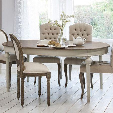 Chic et versatile, cette table ovale sur pieds moulurés habille