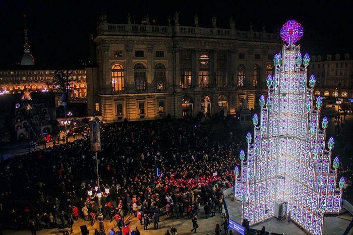 Полюбоваться оригинальной рождественской елью можно на Пьяцца Кастелло.