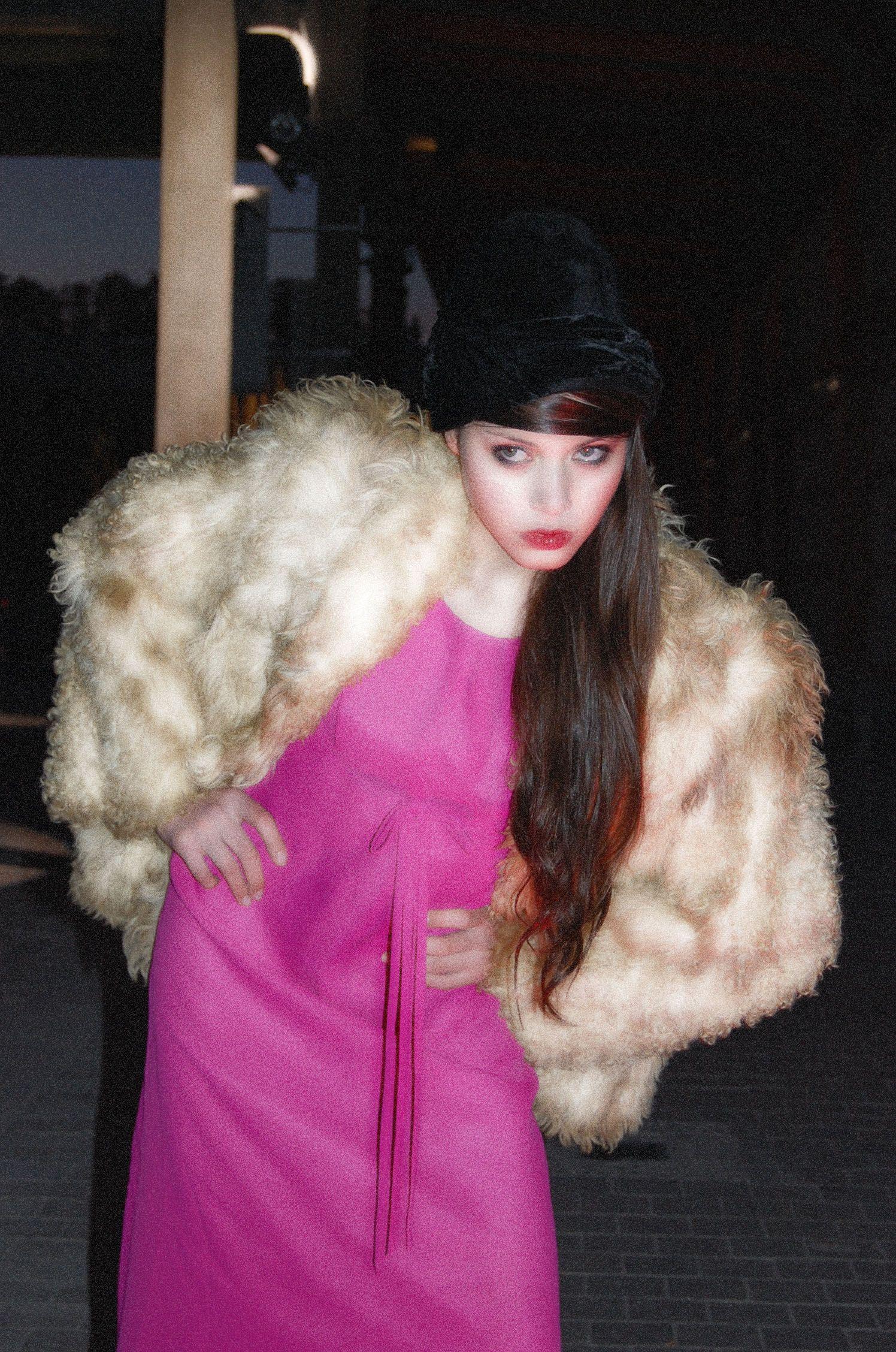 Ibiza Vintage Bazaar    By Sarah Vizcaíno Tarín  Vestido en de cocktail años 60,abrigo en piel años 80 y sombrero años 20.