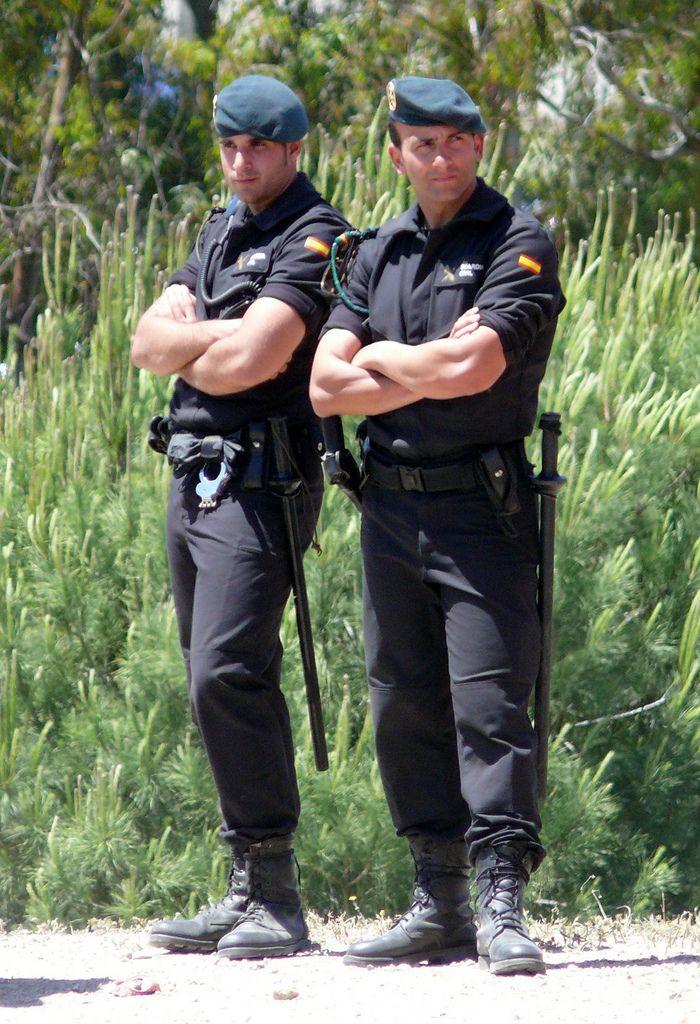 Guardia Civil G.R.S. | Uniforms | Pinterest
