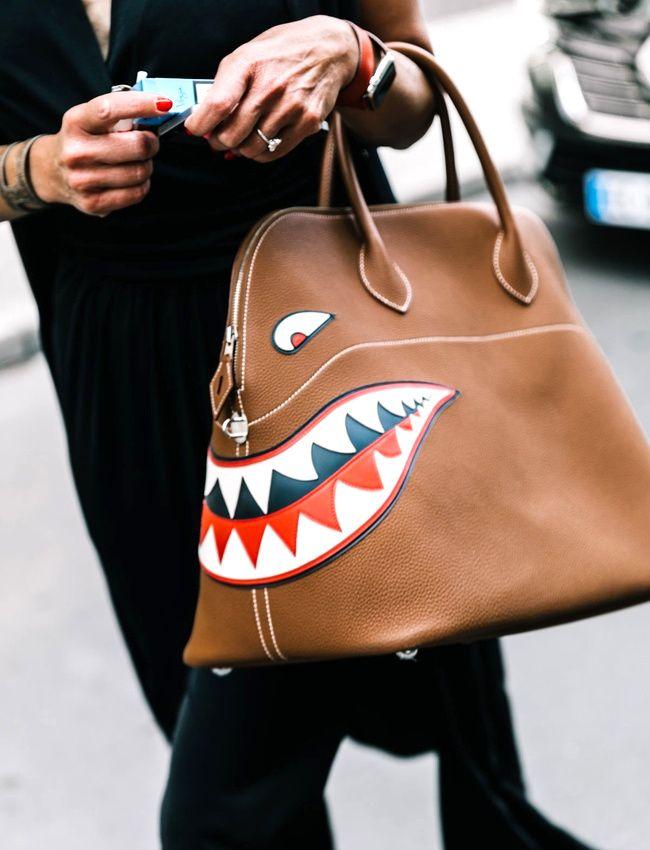 54aaeeac38 On aime quand les sacs à main deviennent de gentils petits monstres de  compagnie... (photo Vogue)