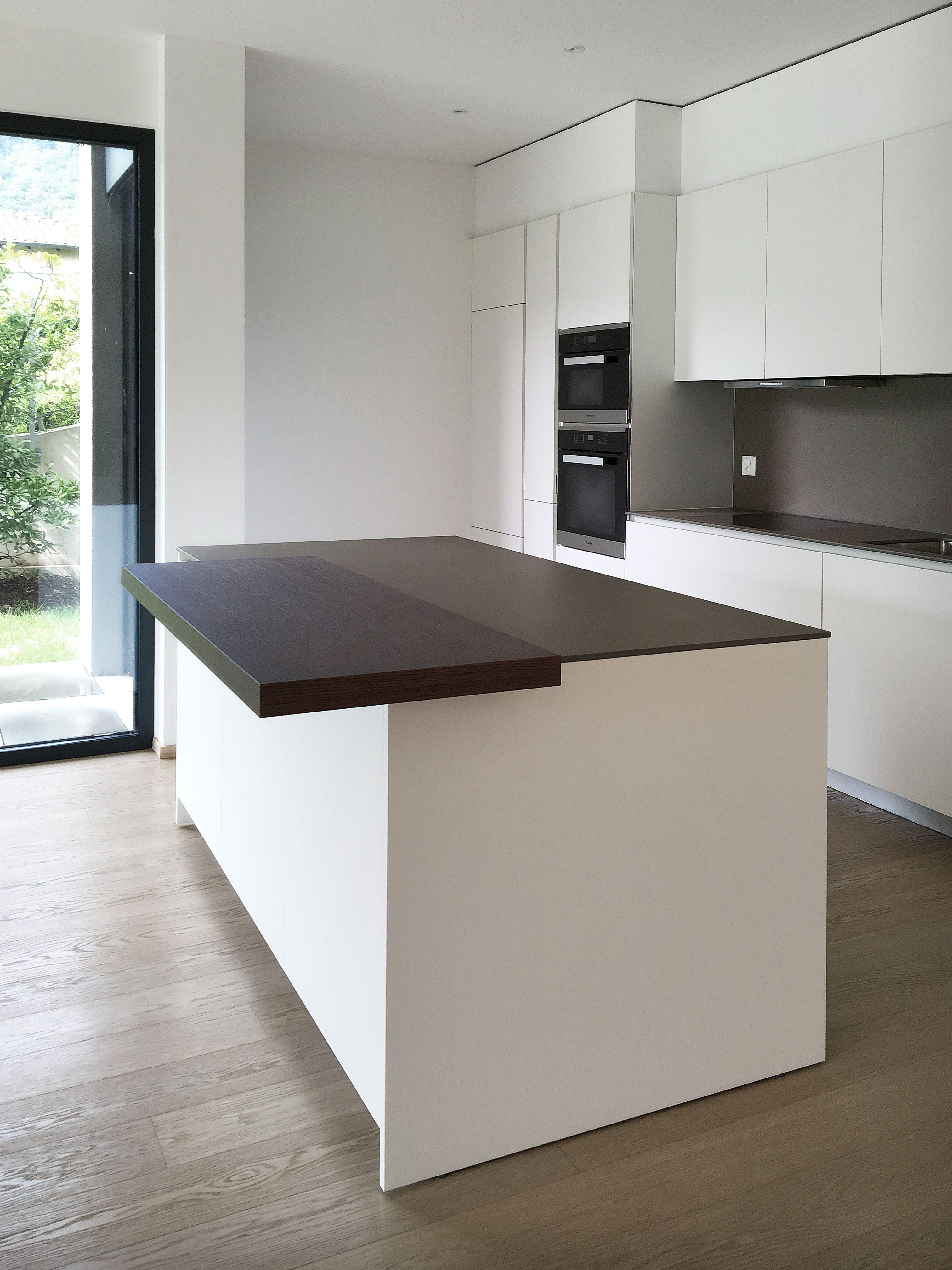 Cucina design Varenna Poliform laccata bianca con piano in ceramica ...
