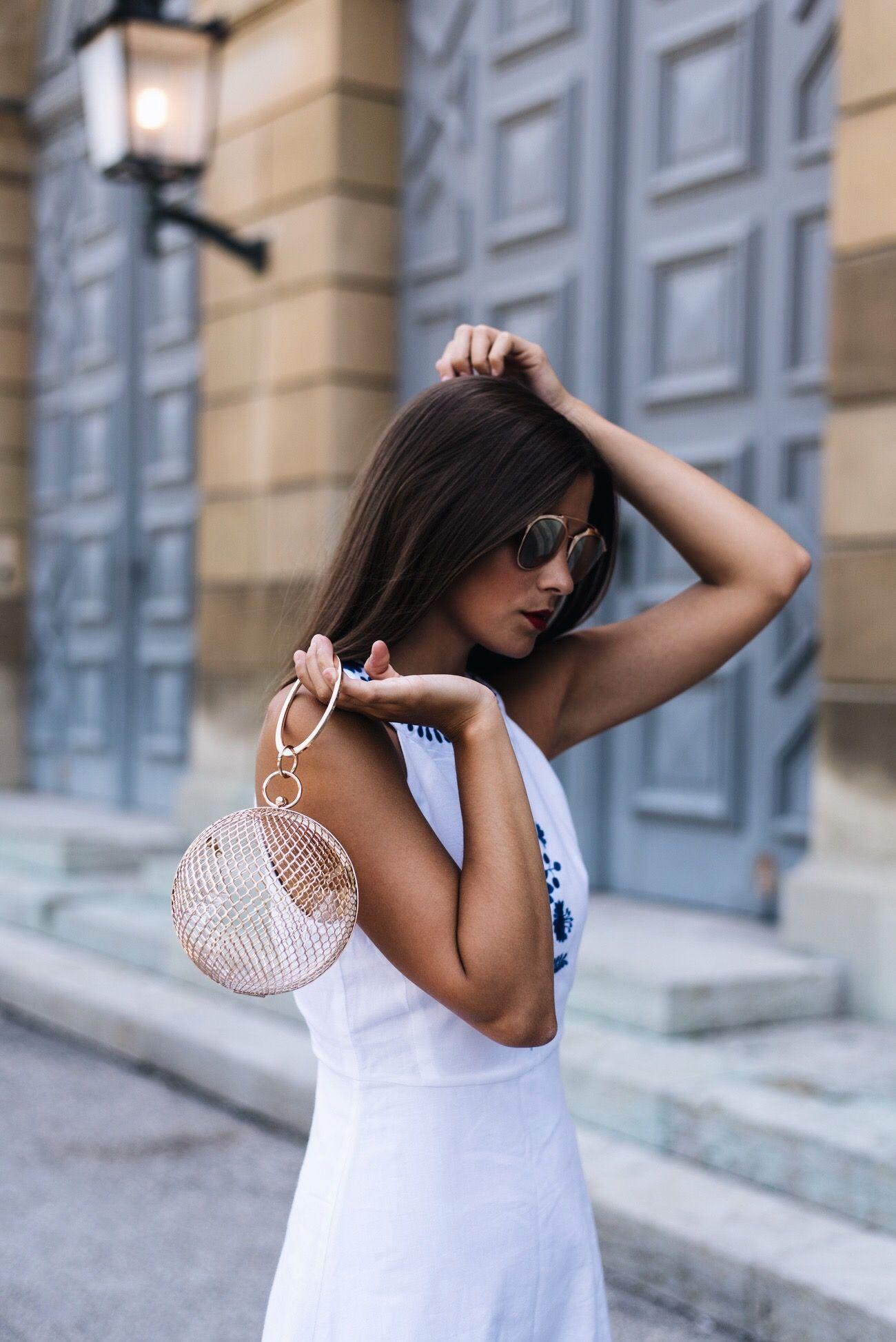 Outfit: Sommerkleid in Weiß mit Stickereien, Balenciaga Cut Out ...