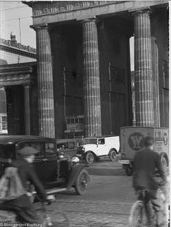 Verkehr Durch Das Brandenburger Tor Vom Hindenburgplatz Berlin 1934 Berlin Geschichte Berlin Bilder Brandenburger Tor