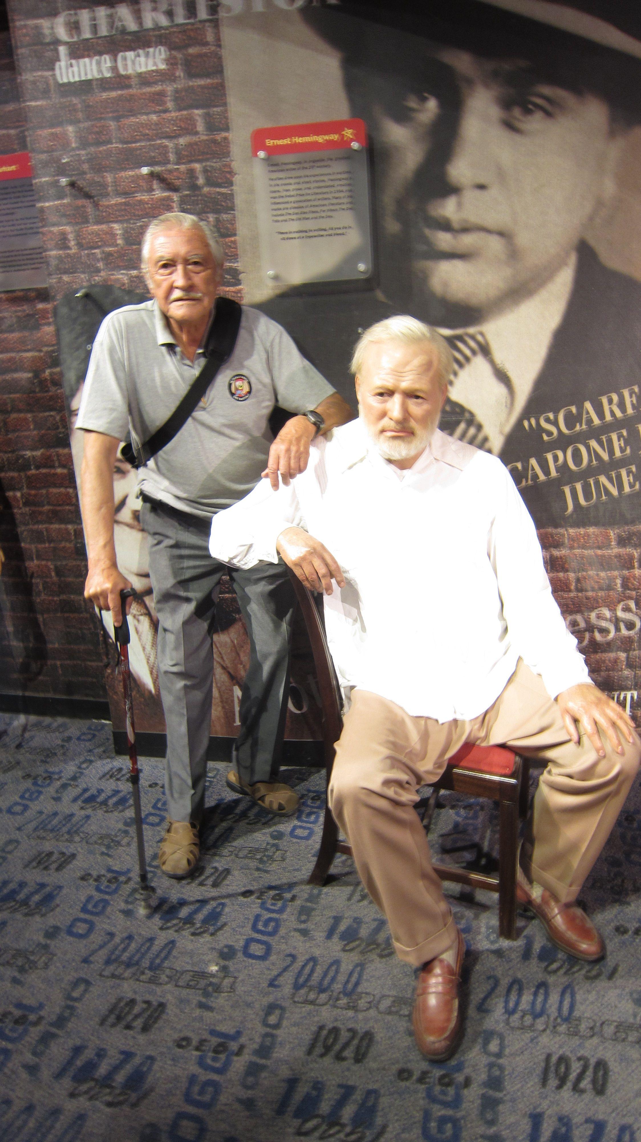 Conversando con el escritor Ernest Hemingway.