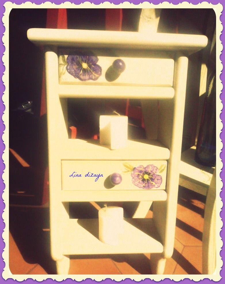 Repisa doble cajón, pintada a mano, petunias. por: lina dizayn