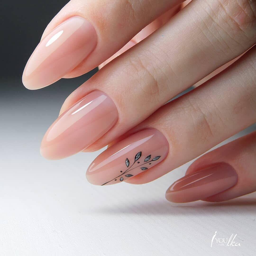 1eec482a63ad45 Uñas pintadas con esmalte colo rosa claro con diseño de flor minimalista