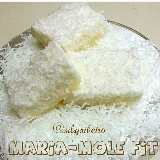 Maria mole Fit   3 claras (batidas e neve), 1 pct de gelatina sem sabor 12g(incolor) 1 cs de colágeno em pó (opcional)  2 Cs de Coco Ralado sem Açúcar, 150ml de Água (fervendo).  Misture a gelatina com o colageno, dissolva na agua fervendo , misture nas claras em neve, bata por mais 5 min. Acrescente o coco ralado, bata
