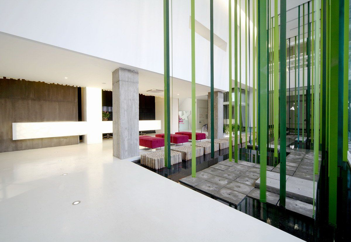 Clean And Long Dental Clinic Interior Design Ideas