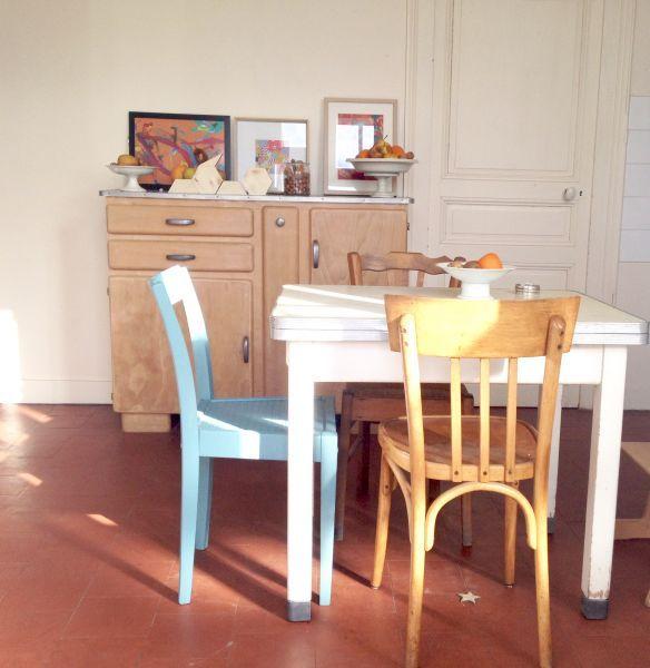 une cuisine 100 am nag e en objets et meubles de r cup ration les chaises anciennes et. Black Bedroom Furniture Sets. Home Design Ideas