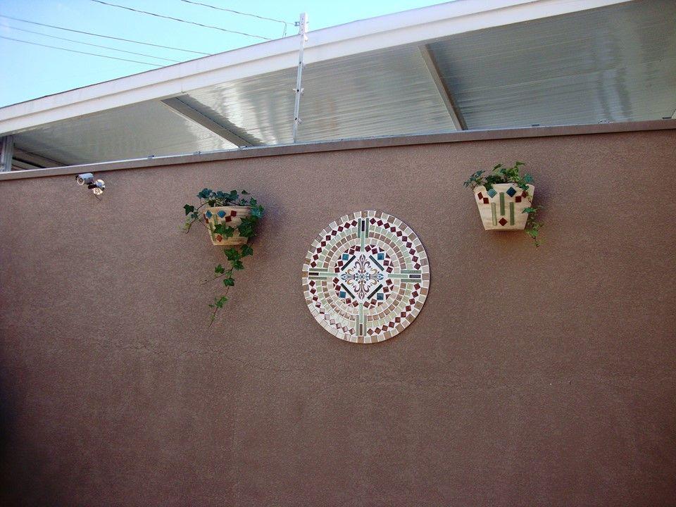 Entrada da casa Mandala e vasos em mosaico